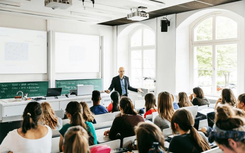 10 títulos universitarios con mayor futuro laboral